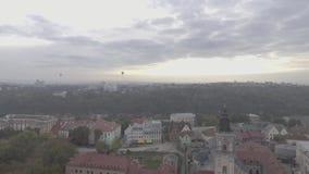 上升与游人有在城市的一个好的看法有气球的录影镜头 股票录像