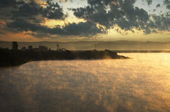 上升从冷湖的雾在早晨   免版税图库摄影