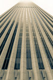 上升入上面有薄雾的天空的摩天大楼建筑细节, 图库摄影