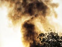 上升入天空的黑烟 烧造成的大气污染 库存照片