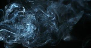 上升反对黑背景的香烟烟, 股票视频