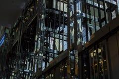 上升和下降工业的电梯 免版税库存图片
