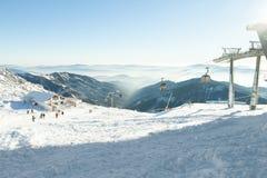 上升和下降高在山的缆车客舱在一个冬季体育度假区在一个晴天 库存图片