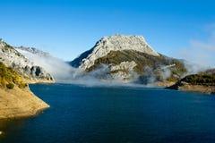 上升在一个多山风景的一个水库的薄雾 免版税库存照片