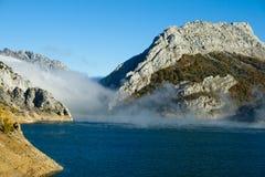 上升在一个多山风景的一个水库的薄雾 免版税库存图片