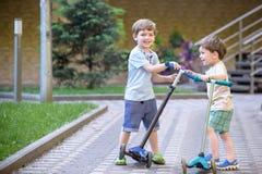 上升在一个木操场的小男孩在绳索公园 户外孩子戏剧温暖的晴朗的夏日 库存照片