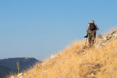 上升在一座山的老远足者在阿布鲁佐 迁徙在夏天期间在自然公园在意大利的中心 老牛佩带camo 免版税图库摄影
