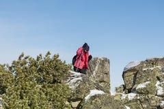 上升在一座高冬天山的旅游妇女 图库摄影