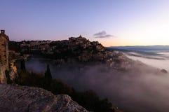 上升在云彩外面的小山村庄 库存照片