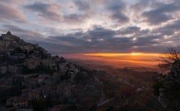 上升在云彩外面的小山村庄 库存图片