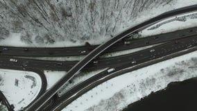 上升在交叉路的缓慢的垂直在城市冬天 股票录像