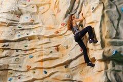 上升在人造峭壁的妇女 免版税图库摄影