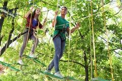 上升在冒险公园的孩子 夏令营 免版税图库摄影