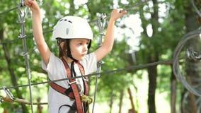 上升在冒险公园的孩子 股票录像