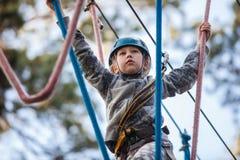 上升在冒险公园,绳索公园的女孩 库存照片