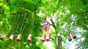 上升在冒险有盔甲和安全设备的活动公园的女孩 训练的登山人女孩 r 股票视频