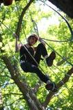 上升在冒险绳索公园的少妇 免版税库存图片