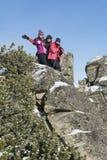 上升在冬天山的朋友 库存照片