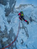 上升在冰的登山人 库存照片