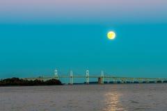 上升在切塞皮克湾桥梁的Supermoon 免版税库存图片