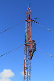 上升在塔的无线电铁塔工作者 库存照片