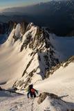 上升在多雪的土坎在法国阿尔卑斯 免版税库存照片