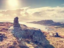 上升在小海岛上的山峰在挪威 被堆积的金字塔 库存图片