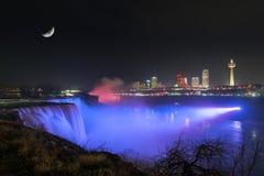 上升在尼亚加拉瀑布的月亮在晚上 免版税库存图片
