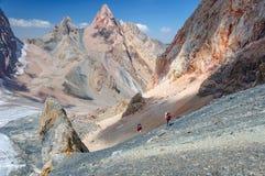 上升在山上面的两个人 免版税图库摄影