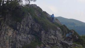 上升在山峰的旅游妇女,当夏天高涨时 影视素材