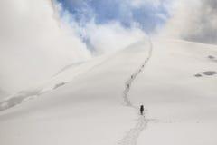 上升在山的上面的登山人链子  免版税库存照片