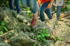 上升在山的年轻远足者的腿 免版税库存图片