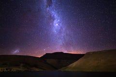 上升在山脉的银河 免版税库存图片