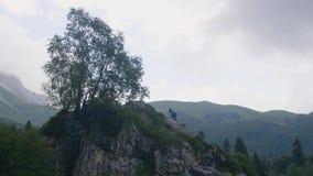 上升在山顶部和享受自然风景的少妇 影视素材