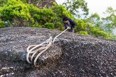 上升在岩石的人 免版税库存照片