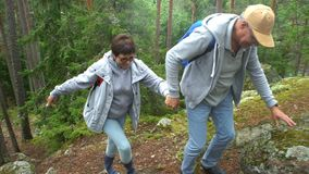 上升在岩石的年长活跃夫妇在北森林里 股票录像