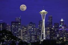 上升在市的满月西雅图 免版税图库摄影