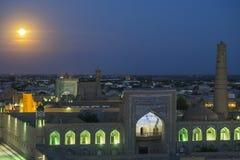 上升在市的满月Khiva在乌兹别克斯坦 免版税库存图片