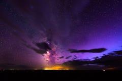 上升在恶地国家公园的银河 库存图片
