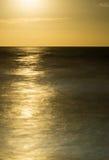上升在有不可思议的反射的海洋的满月 免版税库存图片