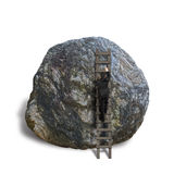 上升在木梯子的商人在岩石上面  免版税图库摄影