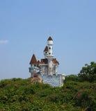 上升在树上的童话城堡在梦境 免版税库存照片