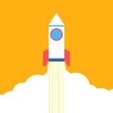 上升在橙色背景的平的样式火箭 图库摄影