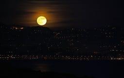 上升在法国海滨的月亮 库存图片
