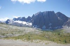 上升在湖,新鲜的雪的花岗岩山 免版税图库摄影