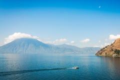 上升在湖Atitlan的月亮在危地马拉 免版税库存图片