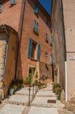上升在狭窄的胡同的楼梯在Châteaudouble 免版税库存图片