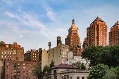 上升在联合广场公园上的月亮在纽约 免版税库存照片
