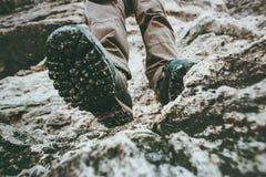 上升在落矶山脉旅行生活方式的迁徙的起动脚旅客 库存图片