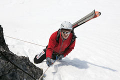 上升在落矶山脉的绳索的滑雪登山家 免版税库存图片